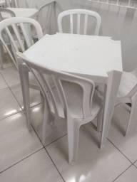 Mesa de plástico 4 cadeiras