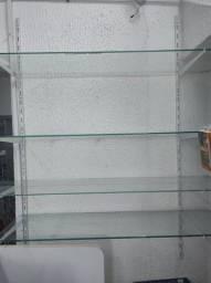 prateleira de vidro com trilho