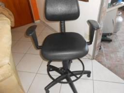 Cadeira caixa alta em corvim preto com braços