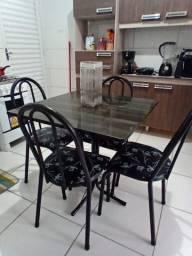 Mesa de jantar com 4 cadeiras bem conservada estofados original e bom faço a entrega 180