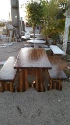 Mesa de cimento com aparência em madeira
