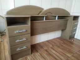 Cabeceira de madeira com 6 gavetas e espaço para colchão de até 1,46 metros.