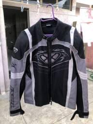 Jaqueta e capacete moto