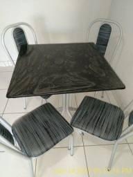 Mesa com quatro cadeias.