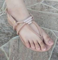 Vende se sandálias rasteirinhas