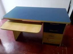 Mesa para computador com gavetas