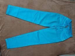 Calças jeans variados tamanhos.