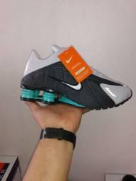Nike Shox R4 refletivel