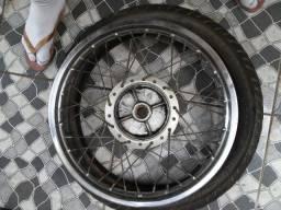 Roda traseira com pneu pirelle