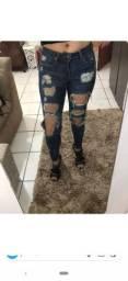 Jeans rasgado e flair preta