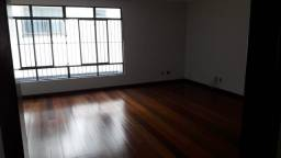 Este belo apartamento com piso de madeira no Vila Bretas recém reformado esta a venda!
