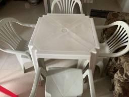 Mesa de plástico com cadeira