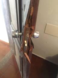 Porta de madeira estragada para ser restaurada