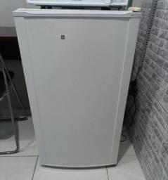 Frigobar Electrolux 122 litros (do grande) 1 ano de uso / sem avarias