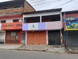 Casa em via comercial