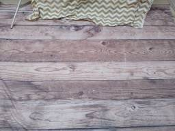 Fundo de tecido para ensaio newborn imitando madeira