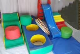 Playground espumado infantil usado com escorregador de plástico