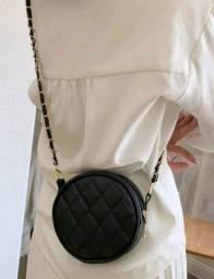 Bolsa preta redonda de couro ecológico