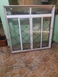 Janela de ferro com vidro e grades