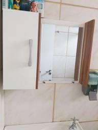 Vendo conjunto de gabinete do banheiro está conservado