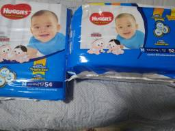 2 pacotes de fraldas descartáveis