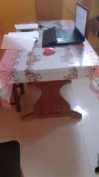 Mesa Angelin com 4 cadeiras estufadas.