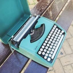 Modelo nacional com a capa Maquina de escrever antiga - antiguidade