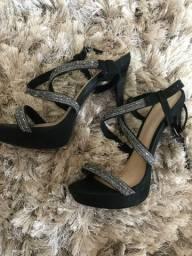 Salto sandália preta de tiras