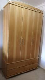 Guarda-roupas com 3 portas e 4 gavetas