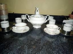 Açucareiro e xícaras de porcelana.