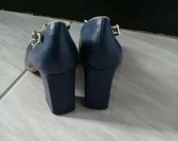 Dois sapatos de couro retro