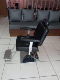 Cadeira de barbeiro semi nova.
