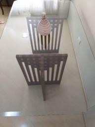 Mesa de Jantar, sem as cadeiras, com tampo de vidro.