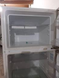 Vende-se geladeira, duas portas. PRECISA COLOCAR O GÁS