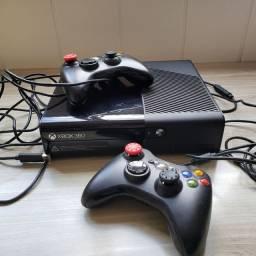 Xbox 360 E (Super Slim) 500gb c/ 2 controles