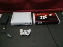 Xbox 360 branco com um controle original e um controle arcade