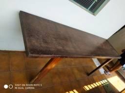 Mesa de madeira bem resistente