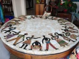 Mesa redonda de mármore