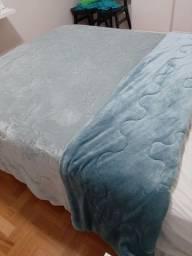 Cobertor dupla face azul e cinza para o frio