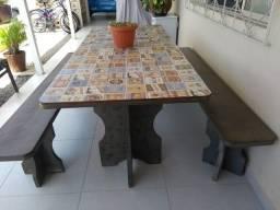 Mesa e bancos em argila perfeito para áreas externas.