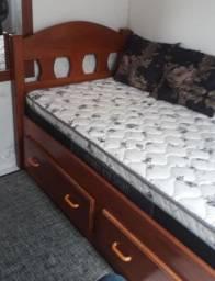 Cama e colchão com 2 gaveteiros.