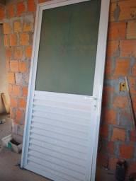 Vendo porta de alumínio branca com chave