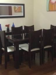Mesa de jantar e cadeiras com buffet e espelho