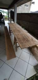 Mesa e bancos de boa qualidade feito no parafuso e tudo lixado