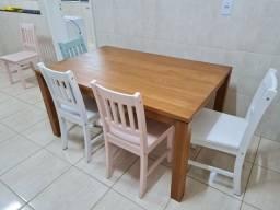 Mesa de madeira maciça e seis cadeiras