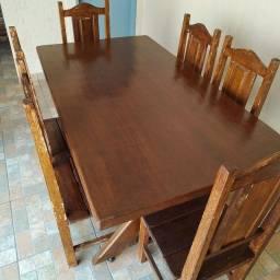 Mesa e cadeiras de madeira.