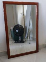 Espelho com moldura em mogno