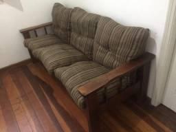 Sofá em madeira maciça