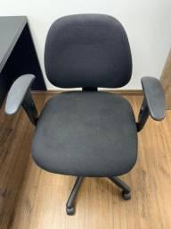 Cadeira giratória com regulagem de braço e encosto