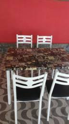 Mesa de cozinha c 4 cadeiras novas